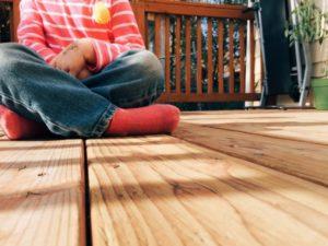 ragazza-seduta-sul-pavimento-di-legno_442-19323907